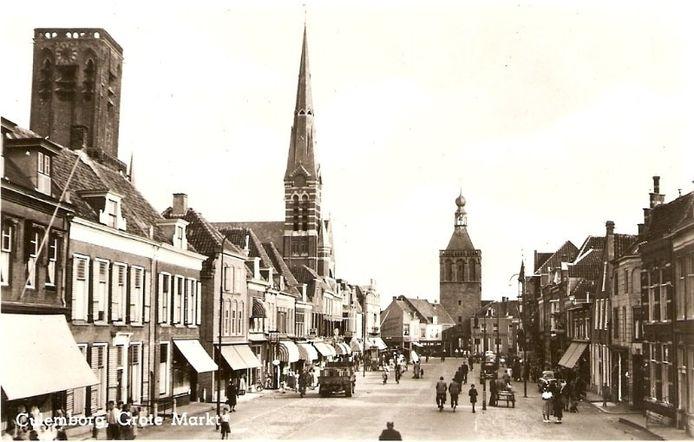 De Markt in Culemborg in 1958 met links de 'vierkante' Grote of Barbarakerk met de papklok en op de achtergrond de Binnenpoort.