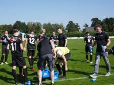 Vianen Vooruit-trainer Joost Janssen wordt voor debuut gehuldigd bij tegenstander