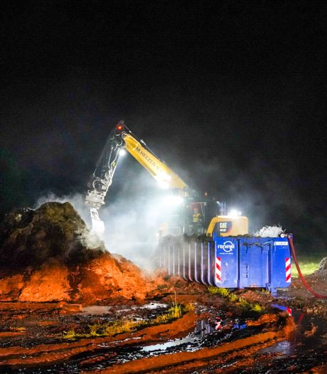 Brandweer urenlang bezig met blussen grote stapel brandend hooi in Eindhoven