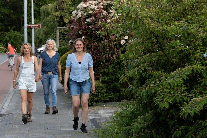 Hermien Smits-Staals (rechts) en Wietske de Jong en Julia Herijgers wandelen voor KWF.