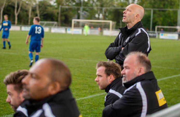Edwin van Wijk (achtergrond) terwijl hij zijn ploeg coacht.