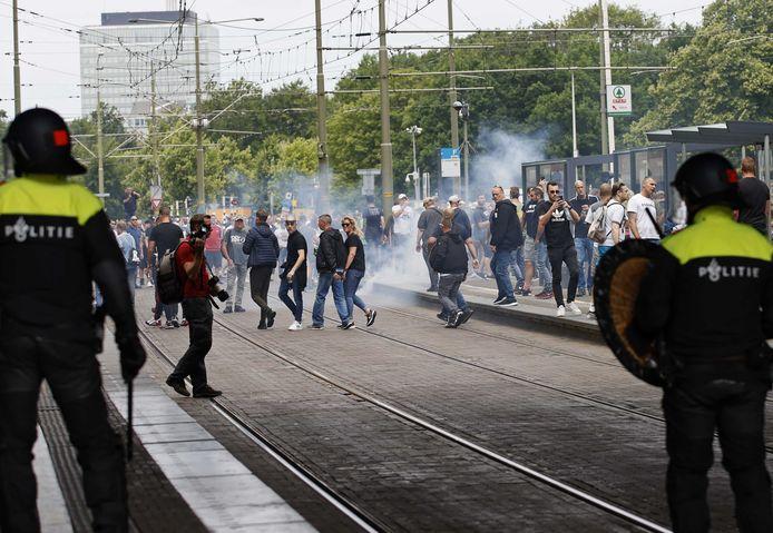 Demonstranten zoeken de confrontatie met de politie bij het Centraal Station. Betogers die bij een demonstratie op het Malieveld waren die was gericht op de coronamaatregelen van het kabinet, trekken de stad in. Het protest werd eerst verboden wegens een te hoog aantal geinteresseerden, maar burgemeester Remkes stond uiteindelijk een kort protest toch toe.