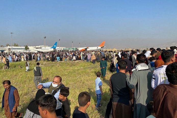 Duizenden mensen op de luchthaven van Kaboel. Ze willen vluchten.