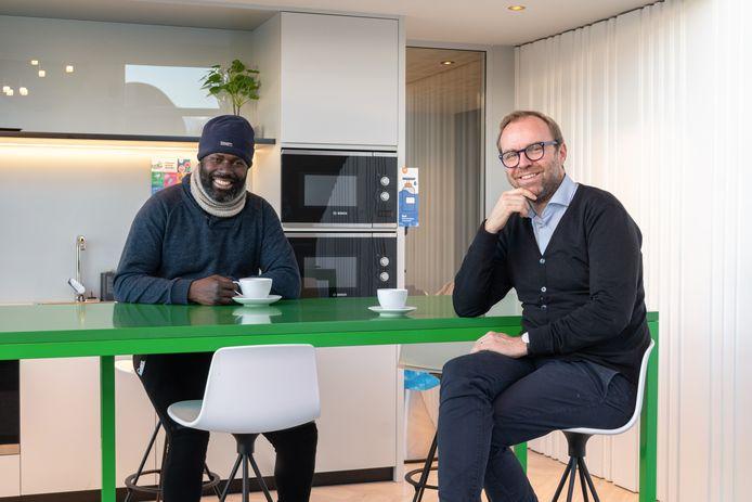 In de Franse stad Nantes bieden bedrijven nachtopvang aan voor daklozen. Hierdoor werd de uit Gambia afkomstige vluchteling Souleymane Diarra (links) geholpen. Rechts op de foto initiatiefnemer Pierre-Yves Loaëc.