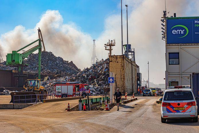 Door een scheepsbrand in het Botlekgebied kunnen bewoners van Rozenburg last hebben van stank.