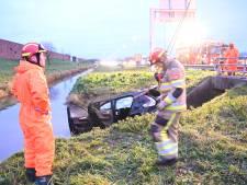 Auto belandt in sloot langs snelweg A73 bij Beuningen