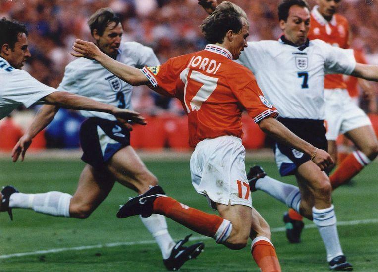 Jordi Cruijff in actie als international tegen Engeland (1996) Beeld Hollandse Hoogte /  ANP