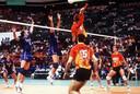 Bas van de Goor (9) torent hoog boven iedereen uit in de Olympische finale van 1996 tegen Italië.