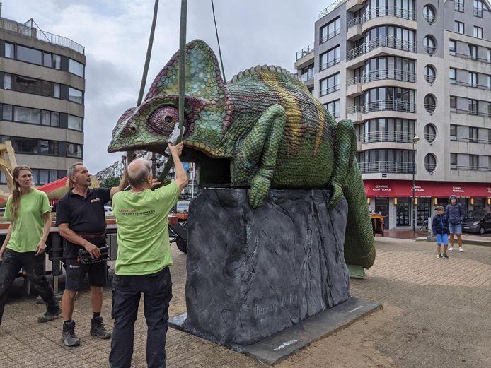 De kameleon arriveert op het Van Bunnenplein. Zaterdag gaat het kunstwerk 'open'.
