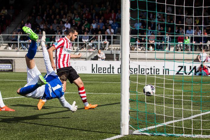 Loris Brogno op het kunstgras van FC Dordrecht.