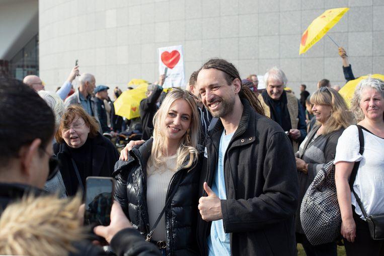 """Willem Engel kwam ook hoi zeggen op het Museumplein. Hij droeg en sticker met daarop: 'Free hugs"""". Dat lieten zijn groupies zich geen twee keer zeggen.  Beeld Maarten Brante"""