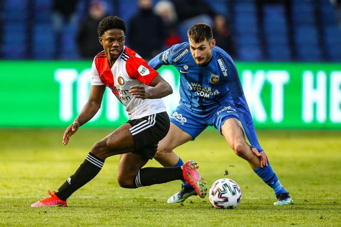 Feyenoord en Vitesse, in maart in De Kuip. Tyrell Malacia kan zich voor de Rotterdamse club niet ontdoen van Matus Bero.