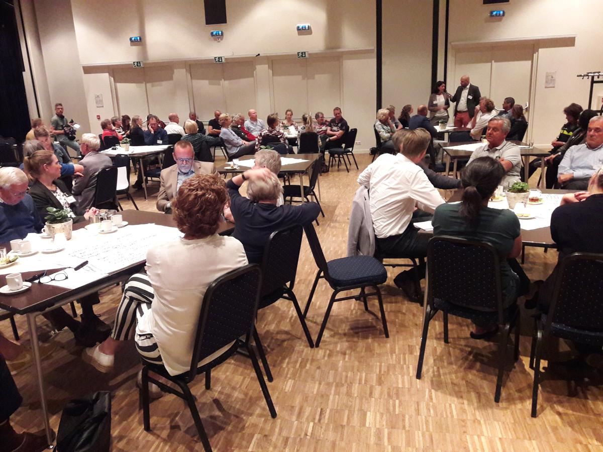 Oisterwijkers gingen in Den Boogaard aan verschillende tafels met elkaar in dialoog over het asielzoekerscentrum