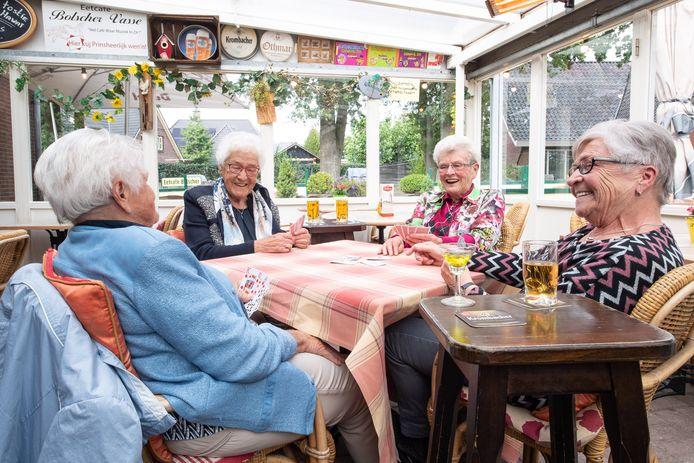 Riek Weersink, Mien Harmelink, Ria Velnaar en Anneke Weersink komen elke vrijdag bij café Bolscher in Vasse om een kaartje te leggen.
