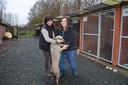 Uitbaters Martine Van Den Steen en Katrien Reygaerts van het Dierenasiel Ninove bij de hondenkennels.