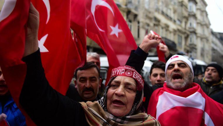 Turkse demonstranten in Istanbul, voor het Nederlandse consulaat. Beeld afp