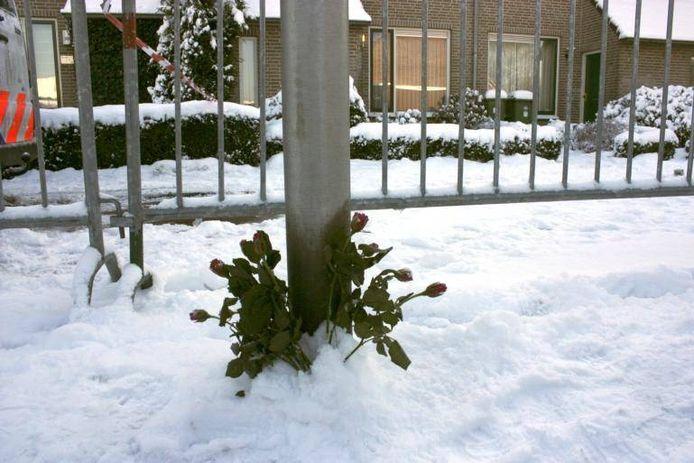 Bloemen op de plek waar de Kaatsheuvelse vrouw werd gevonden. foto Jan in 't Groen