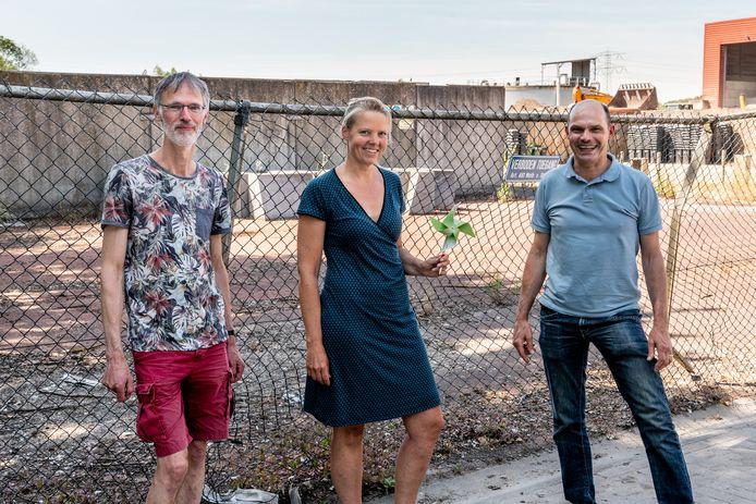 Vlnr: Fedde Bloemhof, Roanne Woldendorp en Dirk Kramer voor het industriegebied op industrieterrein Isselt waar windmolens gepland staan.