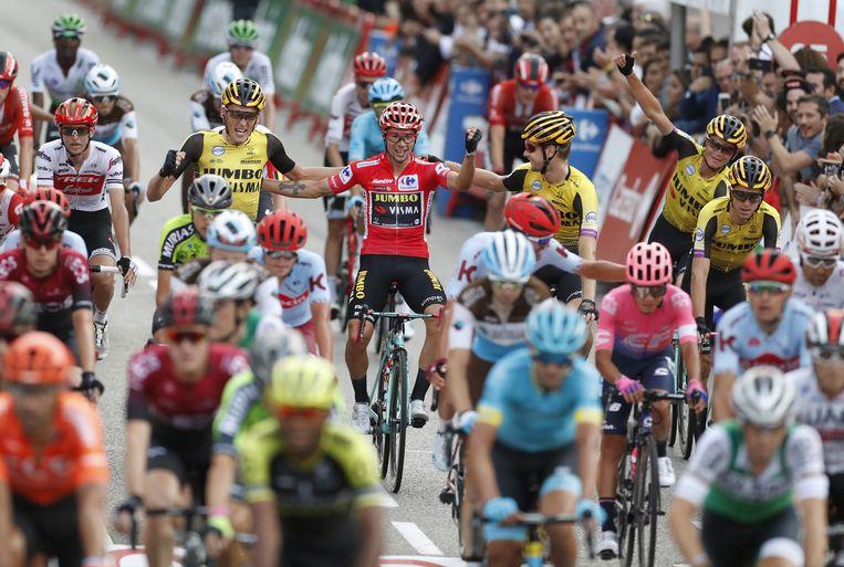 Primoz Roglic (in het rood), de winnaar van de vorige Vuelta. Beeld EPA