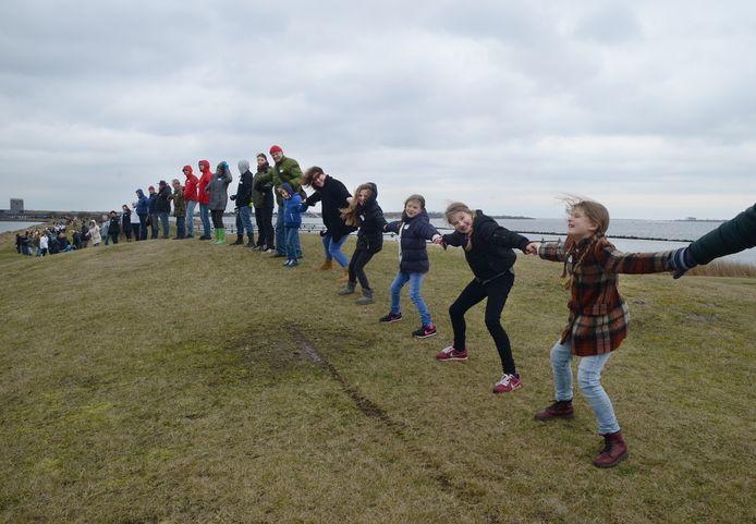 In 2017 werd met een lang menselijke lint geprotesteerd tegen de komst van Brouwerseiland in de Grevelingen.