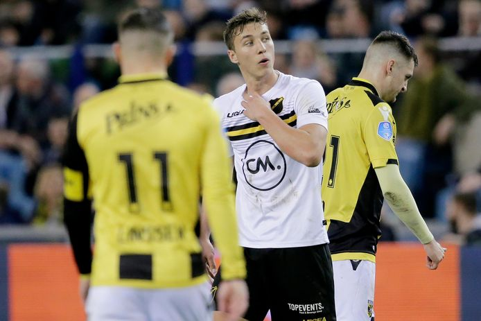 Daan Klomp of NAC Breda leaves the pitch after a red card during Vitesse - NAC Breda NETHERLANDS, BELGIUM, LUXEMBURG ONLY COPYRIGHT BSR/SOCCRATES