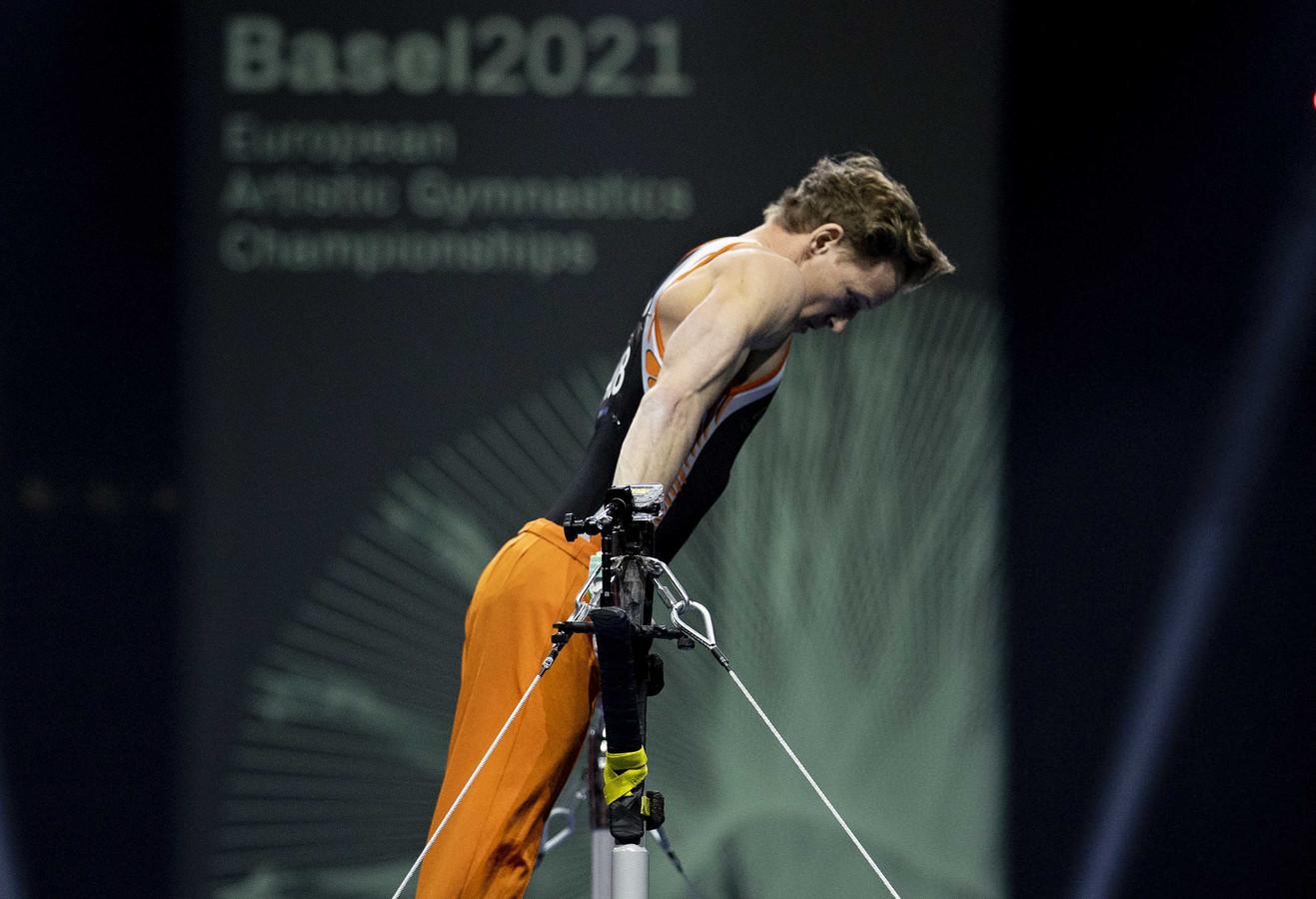 Epke Zonderland tijdens de kwalificatie op rekstok. Zijn optreden was niet voldoende voor een plek in de finale.