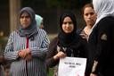 """Hanna, links, moeder van Younes Abouyaaquoub en andere familieleden zeggen dat de terreurdaad """"niet in mijn naam"""" is gepleegd."""