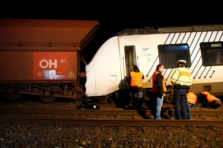 Een passagierstrein reed in op een goederentrein.