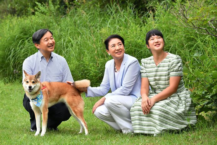 Prinses Aiko zit rechts, naast Keizer Naruhito en keizerin Michiko.