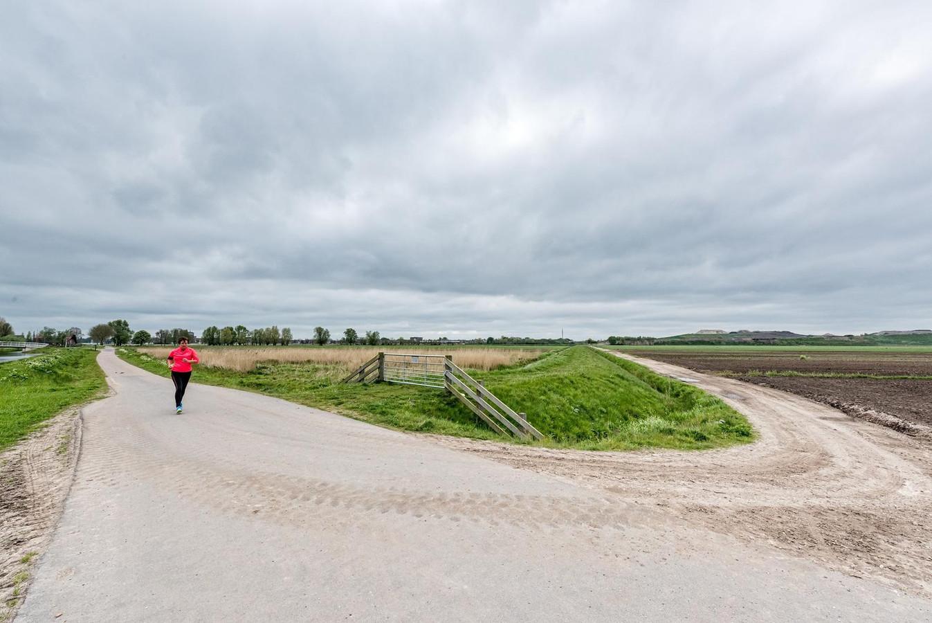 Bovenduist is nu nog landelijk gebied. Rechts in de verte de vuilnisberg van Smink, links rukt Vathorst op.