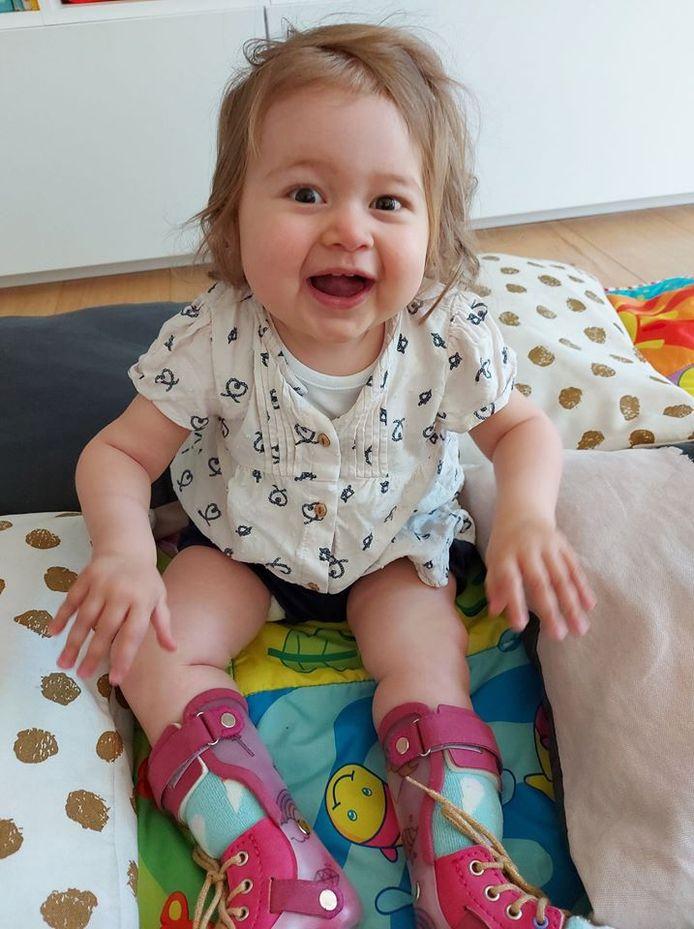 Baby Pia kan nu een kwartier zelfstandig zitten.