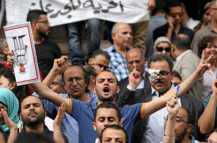 Jousnalisten eisten eerder deze week de vrijlating van hun collega's voor de gebouwen van de persbond in Caïro. Beeld REUTERS