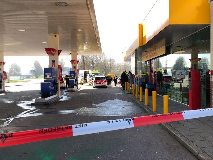 Hulpdiensten bij het tankstation in Velp na het steekincident.