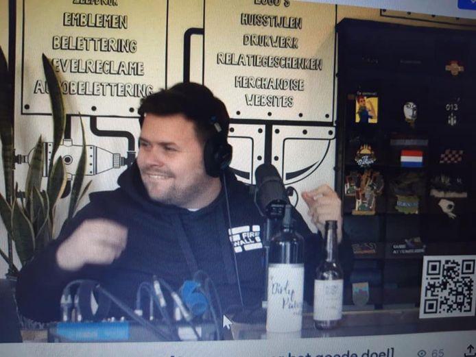 Thomas van Groningen geniet van dj Dirk Stolk die verzoeknummers draait tijdens het livestream-programma in Ollie's Brandstore.