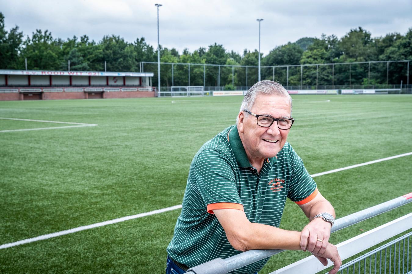 André van Dinter is al sinds de jaren 80 vlagger bij Rood-Wit'62 in Helmond.