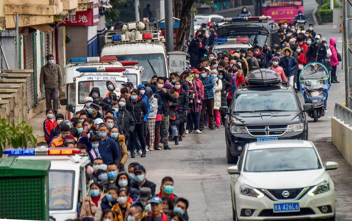 Mensen staan in de rij om gezichtsmaskers te kopen in China.