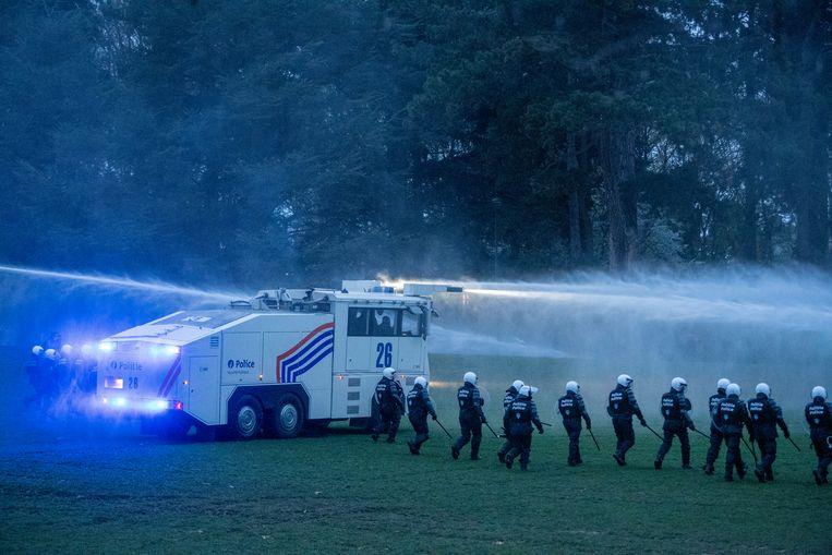 De politie zette het waterkanon in om het park te ontruimen. Beeld Photo News