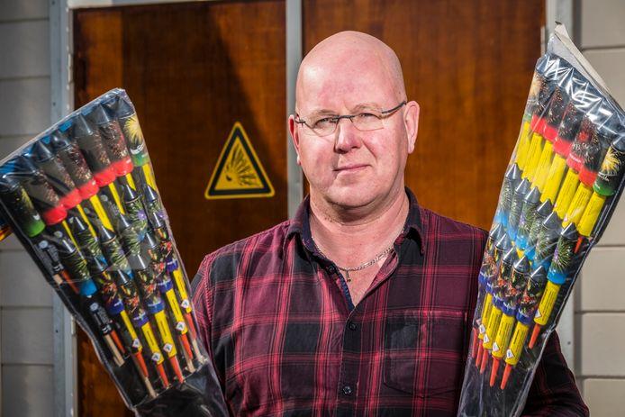 """Consumentenvuurwerk is vanaf 1 december verboden in de opslag van handelaren. Het zorgt voor hoofdbrekens bij John Wagenvoort in Wapenveld: ,,De maatregel biedt niet de gelegenheid om het netjes op te lossen."""""""