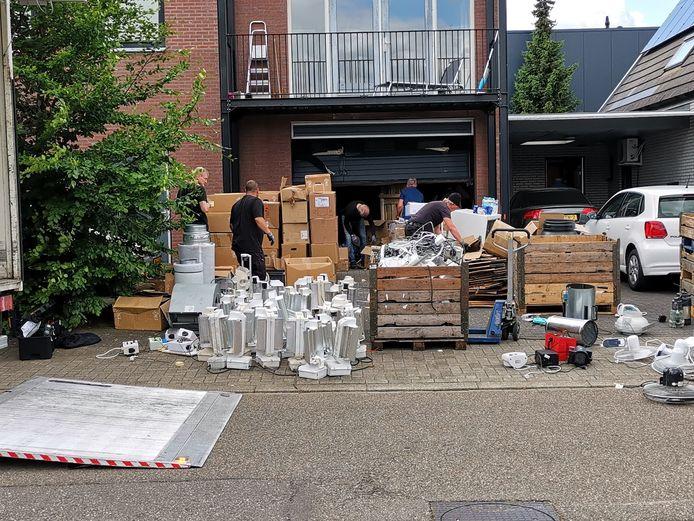 Genoeg spullen om een vrachtwagen mee te vullen komen uit de bedrijfshal in Ede bij de inval.
