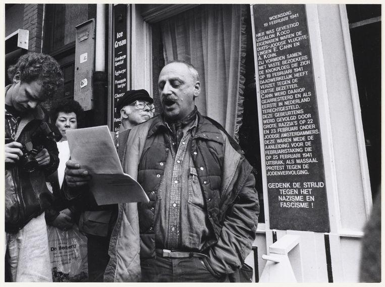 Onthulling gedenksteen bij vroegere ijssalon Koco ter gelegenheid van herdenking van de Februaristaking in 1992. Beeld Frans Busselman/Stadsarchief Amsterdam