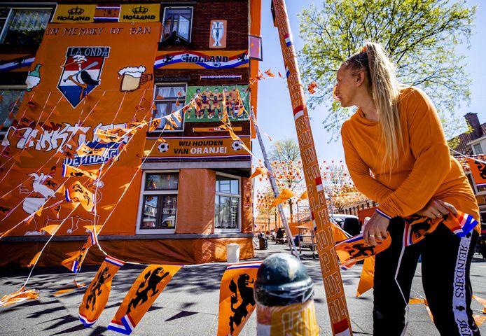 Oranjefans versieren hun huizen in aanloop naar het EK voetbal.