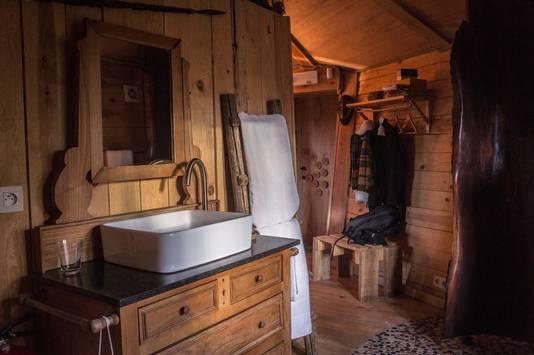 La salle de bain et bien grande et la douche en bois, à elle seule, vaut le détour.