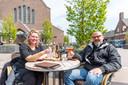 Nispen, Moreno Molenaar/Pix4Profs  Heidi en Semsi Eseryel komen met de scooter van uit Roosendaal om even op het terras bij Tivoli te zitten.