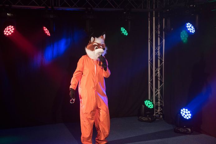 Wie zit er in het pak van deze sluwe vos? In elk geval gaat het om een bekende inwoner van Almkerk.
