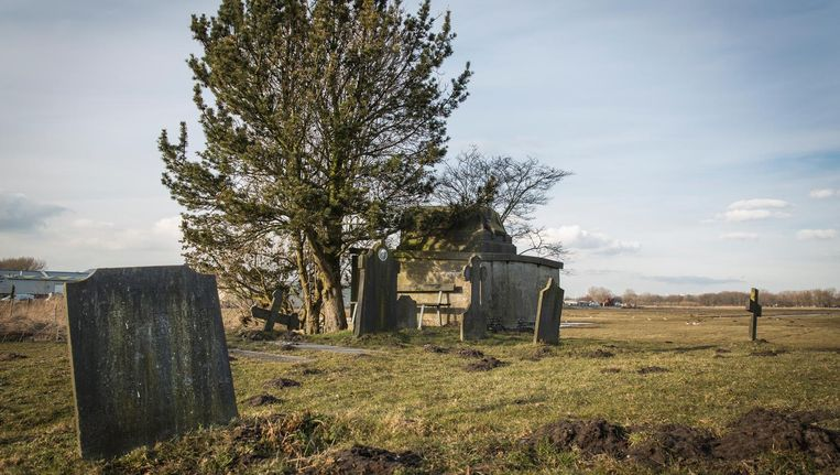 De grafkelder in Osdorp is al die tijd in gebruik gebleven door de familie Decker. Vorig jaar werd er nog een familielid begraven. Beeld Dingena Mol
