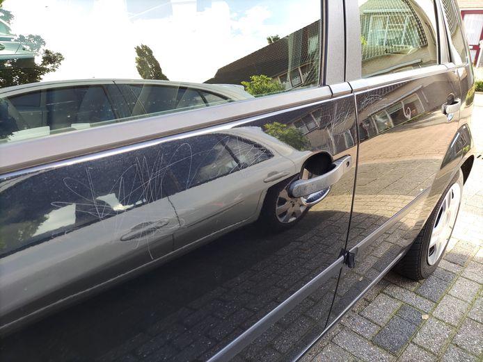 Auto's in Rijssen zijn flink bekrast, ook bij de deuren.