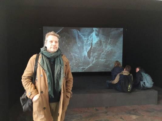 Filmmaker Persijn Broersen in de entreehal van Station Rotterdam Centraal.