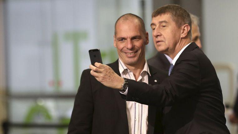 Babis maakt een selfie met de Griekse Yanis Varoufakis. Beeld reuters