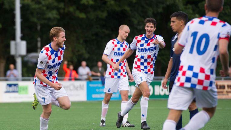 De Dijk-speler Tim Ruder (links) heeft gescoord tijdens een competitieduel tegen Jong Sparta. Beeld Pro Shots