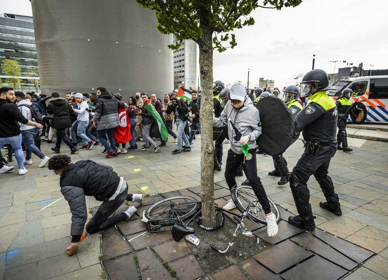 De ME grijpt in tijdens een protest voor de bevrijding van Palestina op het Jaarbeursplein.  Beeld ANP